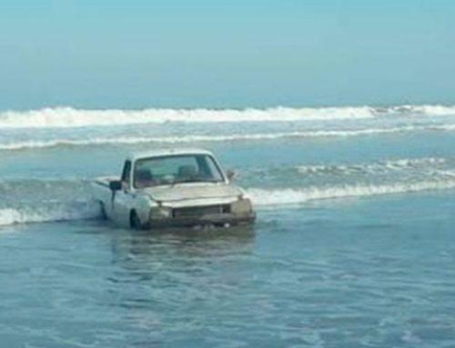 Necochea: Se descuidaron y el mar les tapó la camioneta