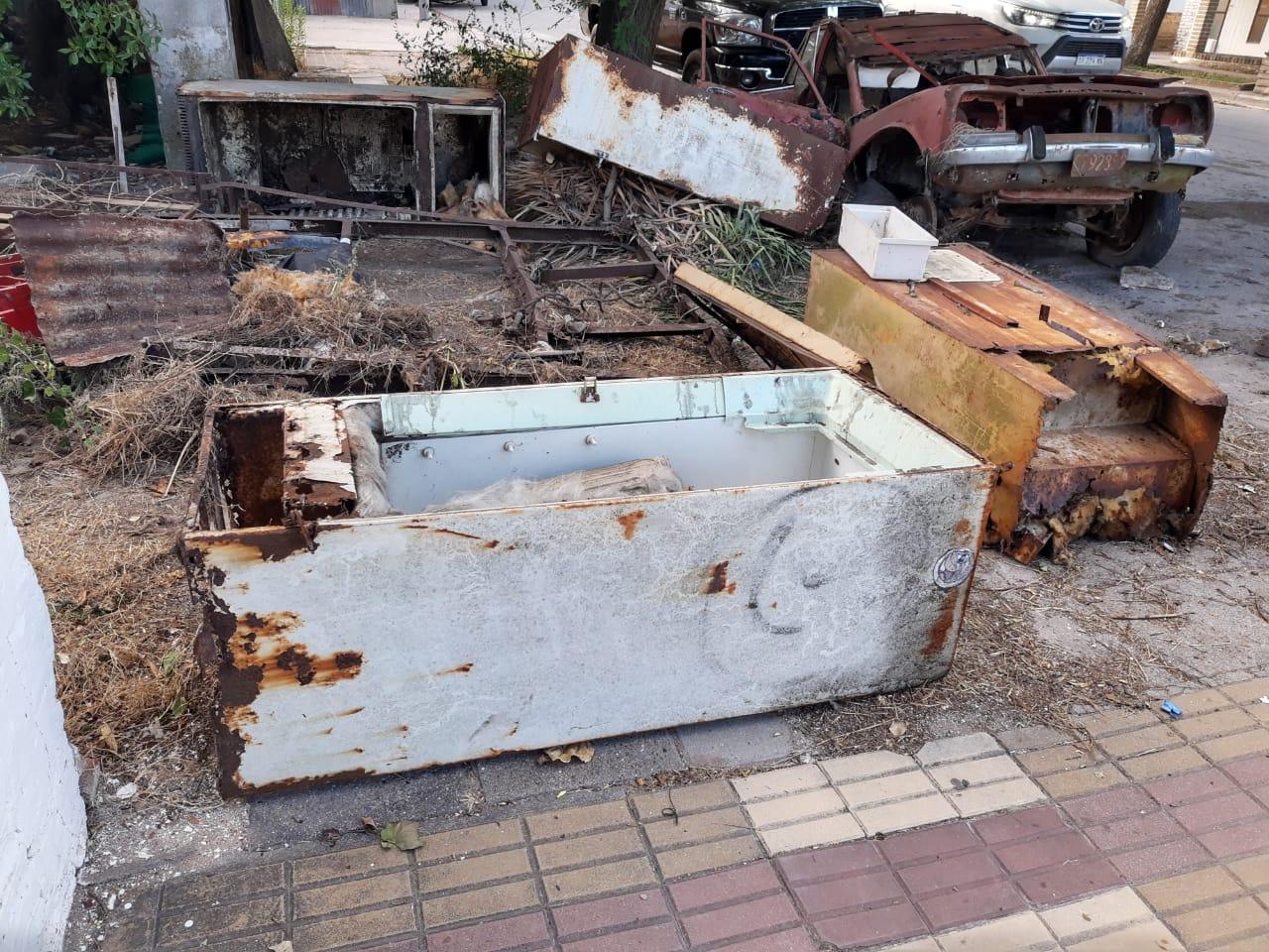 Photo of Queja de vecinos por chatarra en una vereda céntrica